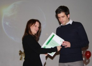 Lynne Featherstone MP presenting an Employability Award to a 5e customer