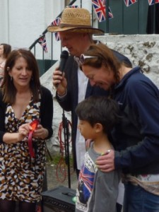 Lynne Featherstone MP presenting the winning petowner with a rosette.
